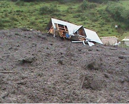Deslizamiento sepulta 5 viviendas en El Chaco