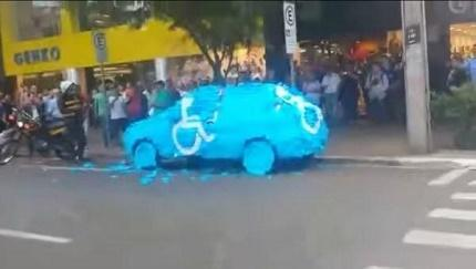 Le pintan el carro por invadir parqueadero (VIDEO)