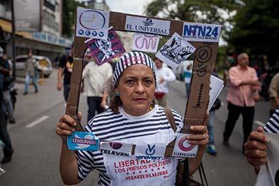 Venezolanos protestan para defender la libertad de expresión