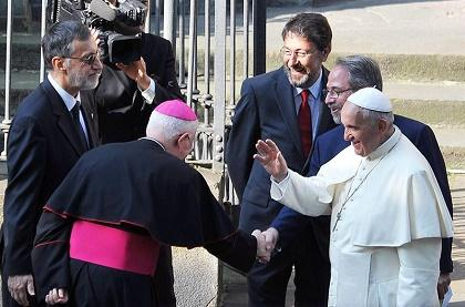El papa pidió mascar hojas de coca al llegar a Bolivia, según el Gobierno
