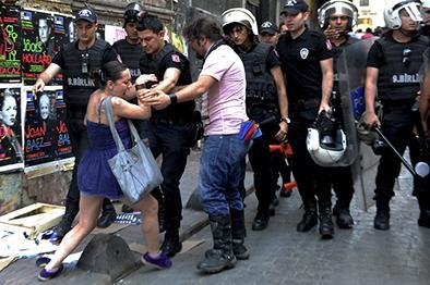 Agua y gas para  manifestantes