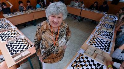 Mujer de 87 años bate récord al jugar 13.600 partidas de ajedrez