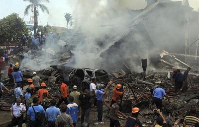 Al menos 49 muertos y 3 heridos al estrellarse un avión militar en Indonesia