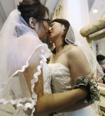 Dos lesbianas se dan el