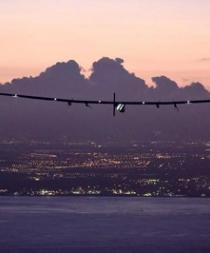 El avión Solar Impulse II bate dos récords mundiales al aterrizar en Hawai