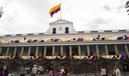 Unas 120 mil rosas adornan plazoleta de Palacio en Quito para recibir al Papa