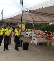 Fieles, voluntarios y comerciantes esperan la primera misa papal