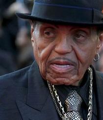 El padre de Michael Jackson sufre tres paros y recibe marcapasos