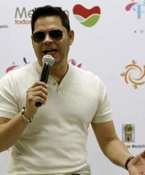 El salsero cubano Rey Ruiz abre la Feria de las Flores de Medellín