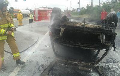 Auto chocó contra un taxi y luego ardió en llamas