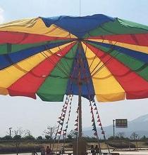 Una empresa china fabrica el paraguas más grande del mundo