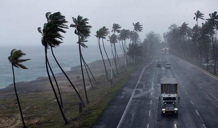 Gobernador de Florida urge a estar alerta por remanente de Erika