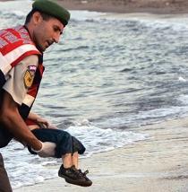 Tía de niño ahogado responsabiliza a Canadá y
