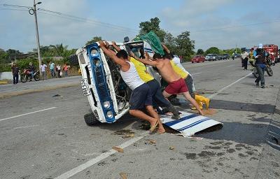 Dos camionetas chocaron en la vía Santo Domingo-El Carmen