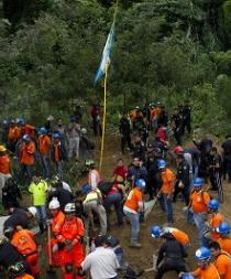 Sube a 44 la cifra de muertos por alud en Guatemala