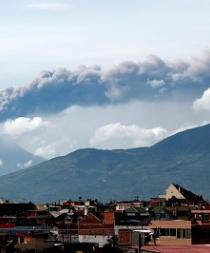 Leve caída de ceniza tras incremento actividad volcán ecuatoriano Tungurahua