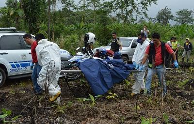 Hombre halla un cadáver en descomposición que era devorado por gallinazos