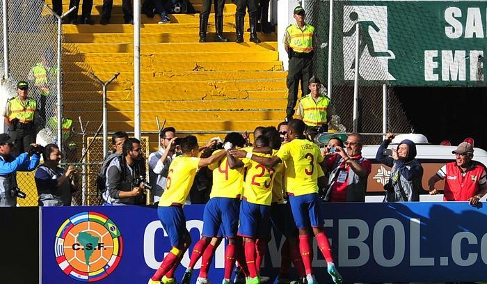 Ecuador gana 2-1, sigue líder y propina la primera derrota a Uruguay