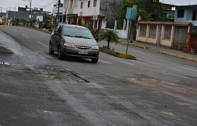 Bache en la avenida Bombolí genera malestar a los conductores