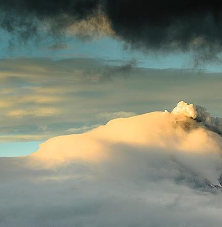 Volcán Cotopaxi mantiene actividad interna moderada