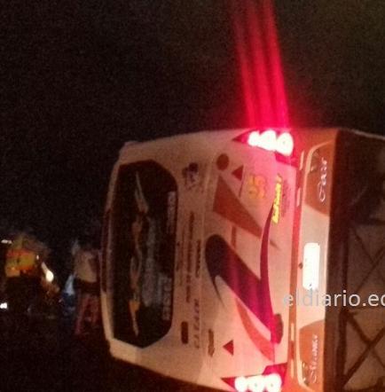 28 heridos en el volcamiento de bus en la vía Flavio Alfaro - El Carmen