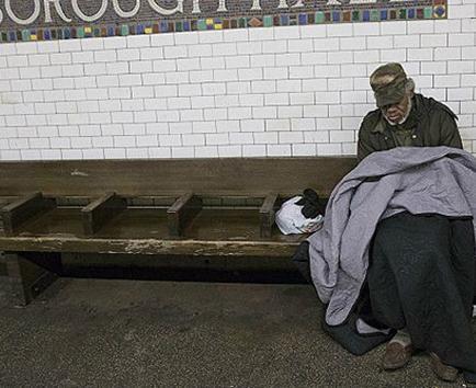 Gobernador de Nueva York firma decreto para proteger a indigentes