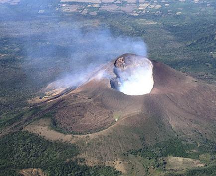 Volcán Momotombo  registró explosión y expulsa gases