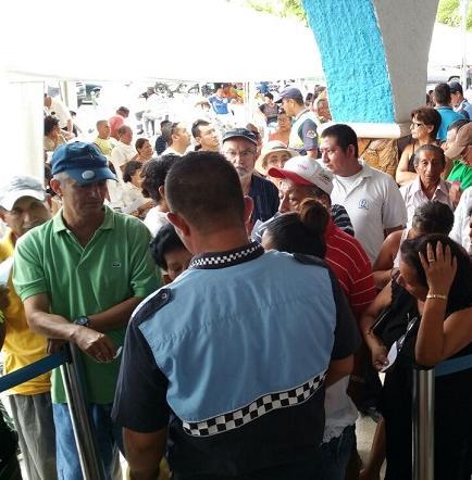 Ciudadanos realizan largas filas para cancelar impuestos