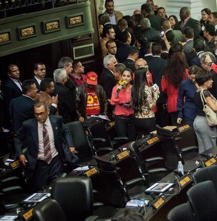 Chavismo abandona instalación del Parlamento por 'violación del reglamento'