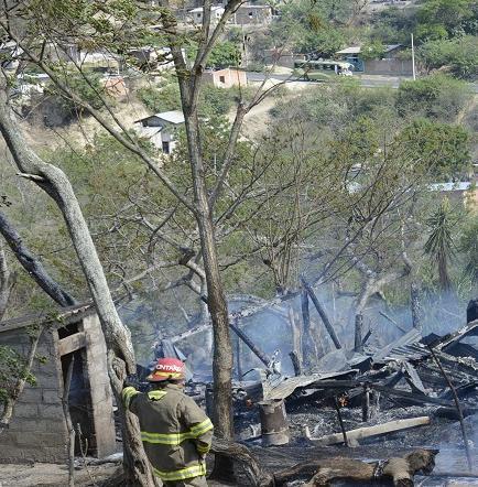 Incendio consume dos viviendas en la parroquia San Pablo