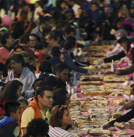 México reparte una rosca de reyes de 1.440 metros y 9.375 kilos