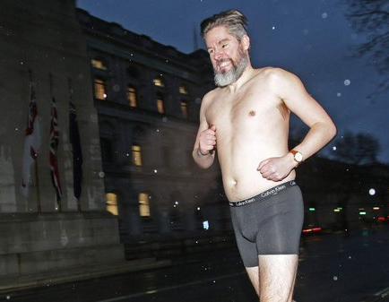 Periodista corre en calzoncillos por Londres al perder una apuesta