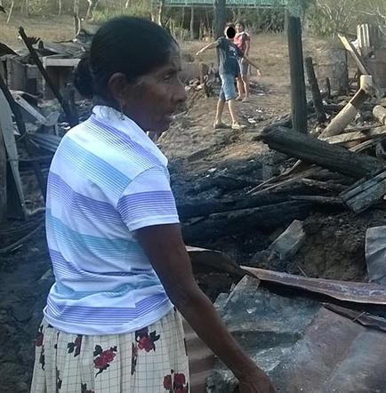 Afectados por incendio piden ayuda para poder reconstruir sus casas