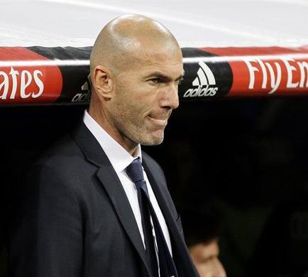La afición del Bernabéu pasa de los silbidos a Benítez a la ovación a Zidane