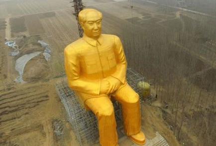 Derriban una polémica estatua dorada de Mao por 'ilegal'