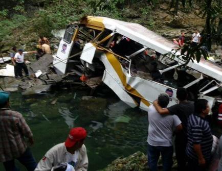 Dieciocho muertos al caer por barranco autobús en Veracruz