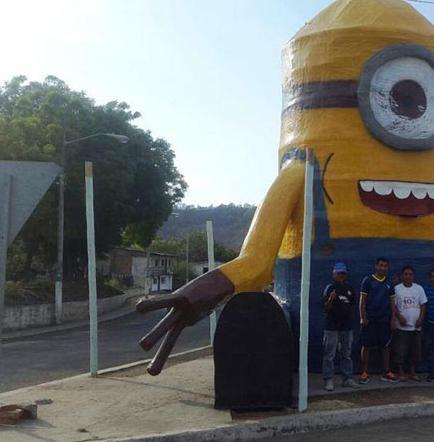Un 'Minion' enorme atrajo a turistas y despidió el año