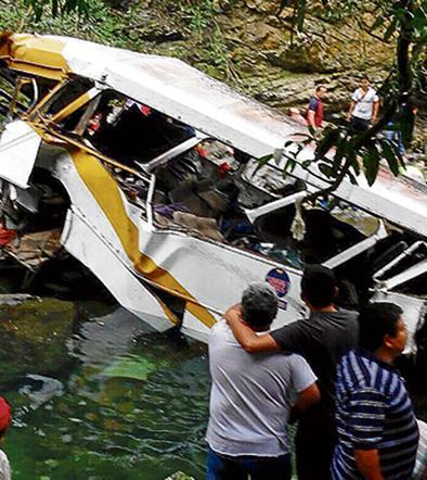 Dieciocho muertos al caer un autobús