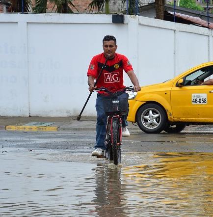 Fuerte lluvia inundó varias calles de Portoviejo