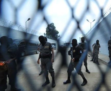 Pandilleros retienen a director y varios guardias de una cárcel de Guatemala