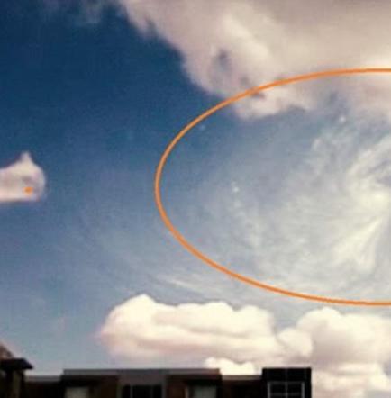 Un OVNI desaparece en un remolino de nubes (Video)