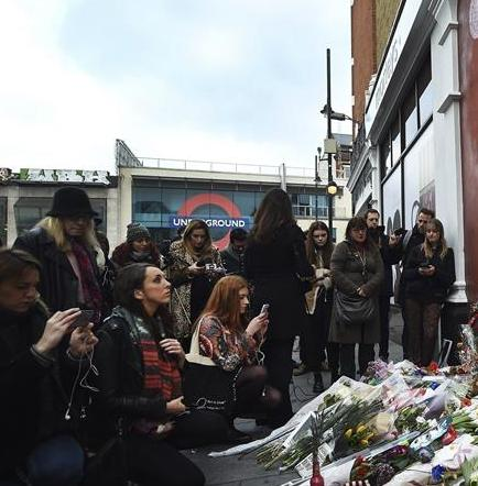 Detienen a un fan de David Bowie que quería suicidarse en público