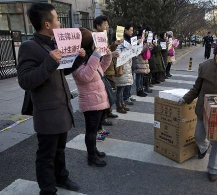 Padres chinos protestan para que la política de los dos hijos sea retroactiva