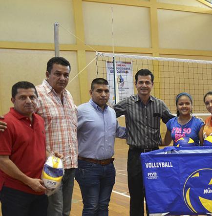 Ecuatoriana de voleibol entrega  implementación deportiva a fedemanabí