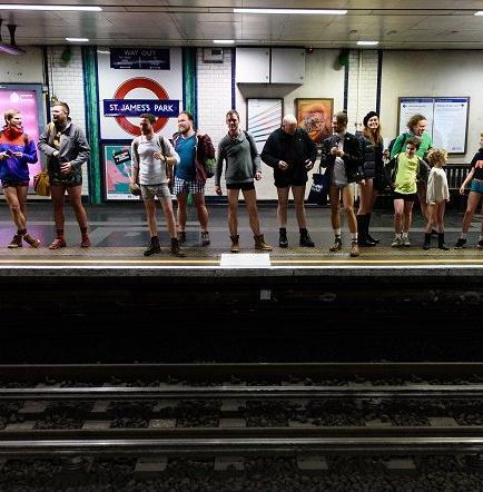 Ciudadanos salieron sin pantalones al metro (VIDEO)