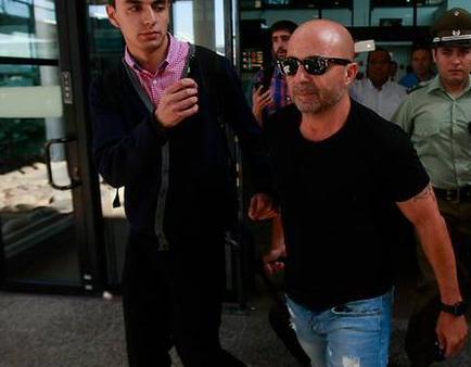 Sampaoli es recibido con insultos en el aeropuerto de Chile