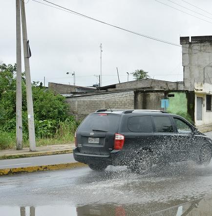 La avenida Bombolí es 'adornada' por charcas de agua
