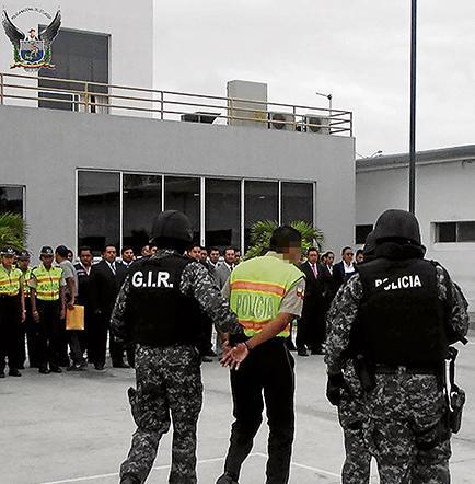 Detienen a 26 personas, entre ellas un policía