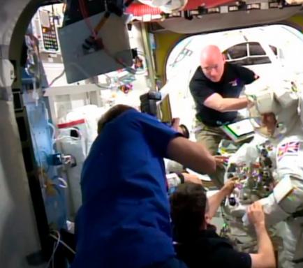 Suspenden una caminata espacial al entrarle agua en el traje a un astronauta