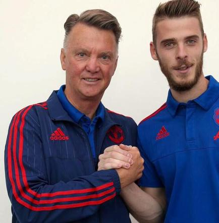 Van Gaal ve a un De Gea que 'disfruta jugando para el Manchester United'